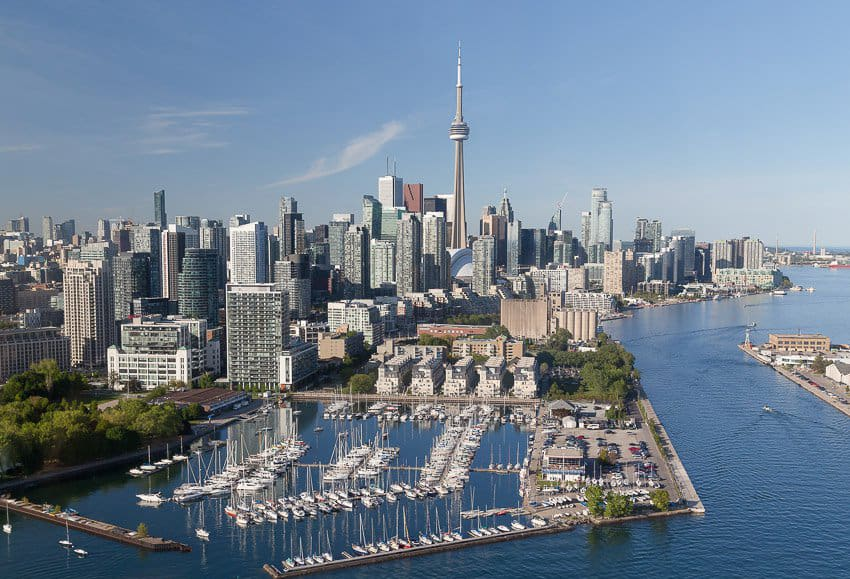 Toronto là thành phố đa văn hóa và đa sắc tộc, 50% người dân Toronto là người nhập cư đến từ khắp nơi trên thế giới