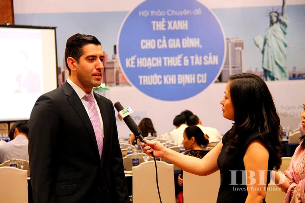 Ông Shalom Segelman trả lời phỏng vấn tại buổi hội thảo công ty IBID